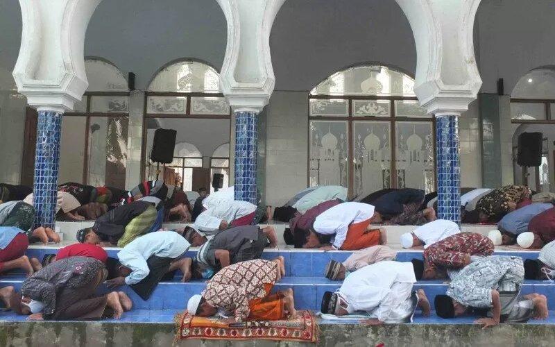 Warga melaksanakan shalat Idul Fitri 1442 Hijriah di masjid yang berada di Pesantren Salafiyah Syafi'iyah di Desa Suger Kidul, Kecamatan Jelbuk, Kabupaten Jember, Rabu (12/5/2021). - Antara/Zumrotun Solichah.