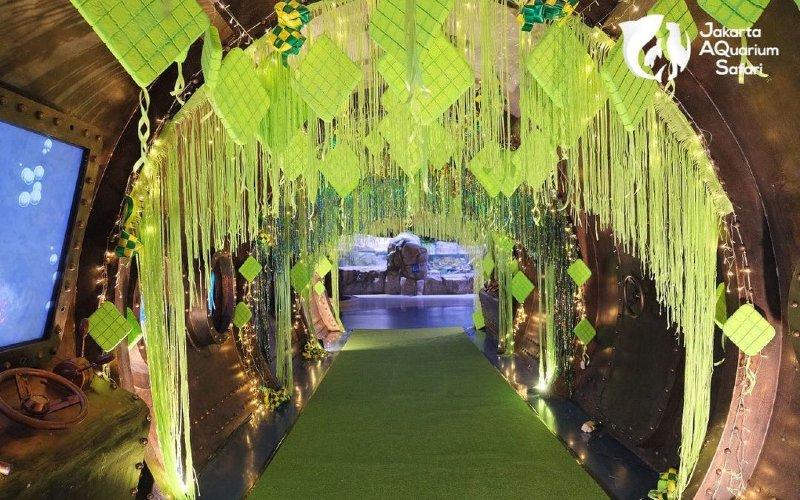 Jakarta Aquarium Safari.  Para pengunjung dapat memesan tiket secara online atau langsung di tempat.  - JAQS