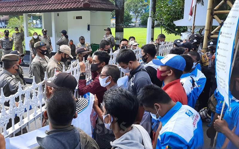 Puluhan Buruh Berdemonstrasi di depan kantor Gubernur NTB.  - Bisnis/Harian Noris Saputra