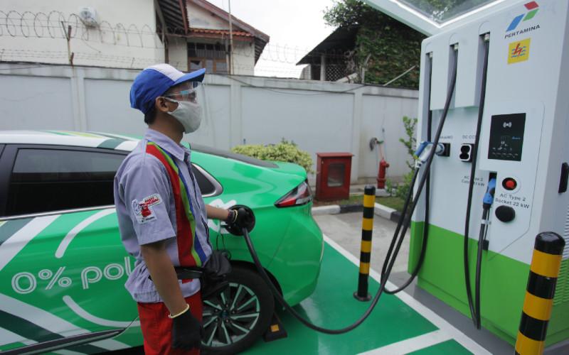 Petugas mengisi daya mobil listrik di Stasiun Pengisian Kendaraan Listrik Umum (SPKLU) di kawasan Fatmawati, Jakarta, Sabtu (12/12 - 2020). Fast charging 50 kW ini didukung berbagai tipe gun mobil listrik. ANTARA FOTO\r\n