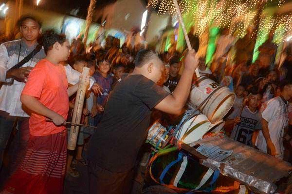 Umat muslim berpawai sambil memukul kentungan saat malam takbiran di kawasan Kampung Jawa, Denpasar, Bali, Kamis (14/6/2018). - ANTARA/Wira Suryantala