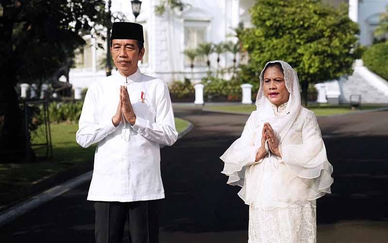 Presiden Joko Widodo (Jokowi) dan Ibu Negara iriana Joko Widodo mengucapkan selamat Idulfitri yang jatuh pada tanggal 13 Mei 2021 dari Istana Kepresidenan, Selasa (12/5/2021).  - Biro Pers Sekretariat Presiden/Lukas