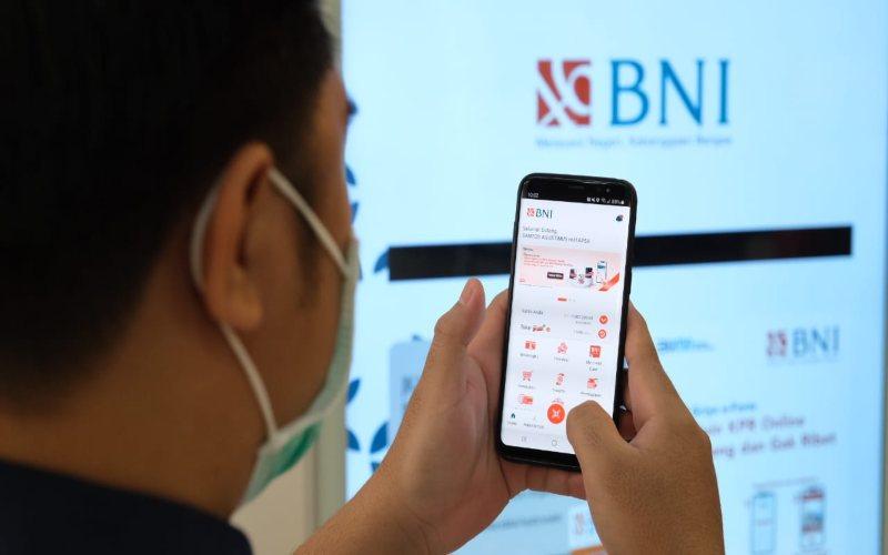 Seorang nasabah tengah menggunakan beragam fasilitas yang kini semakin memudahkan transaksi di BNI, baik mesin pencetak rekening koran hingga mesin pembukaan rekening baru (Digital Customer Service) di Jakarta, Rabu (12 Mei 2021).  - Dok. BNI