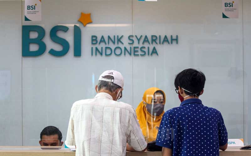 Karyawati Bank Syariah Indonesia melayani nasabah di KC Jakarta Hasanudin, Jakarta, Selasa (2/2/2021). Bisnis - Arief Hermawan P