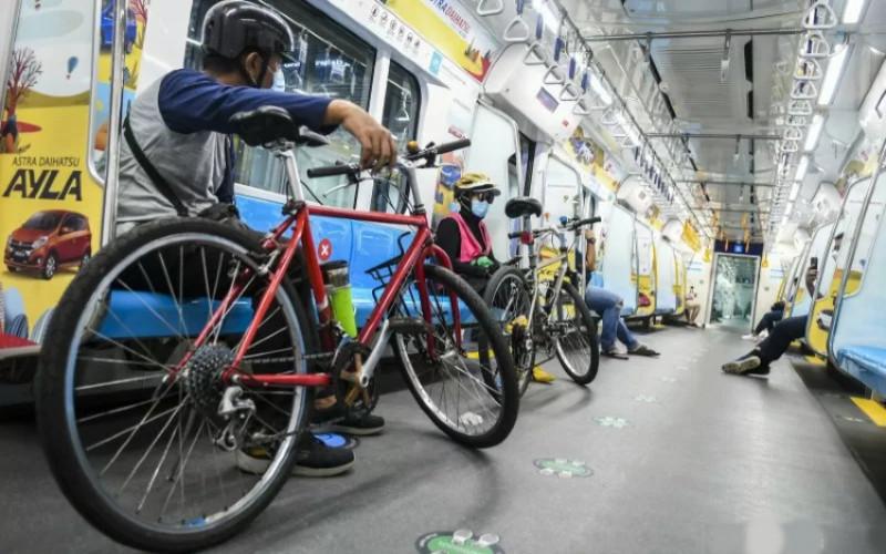 Demi menjaga kenyamanan seluruh pengguna MRT Jakarta, pengguna sepeda nonlipat hanya boleh menggunakan MRT Jakarta di luar jam sibuk (07.00--09.00 WIB dan 17.00--19.00 WIB), menggunakan kereta nomor enam di setiap rangkaian, serta maksimal empat sepeda per keberangkatan.  - Antara