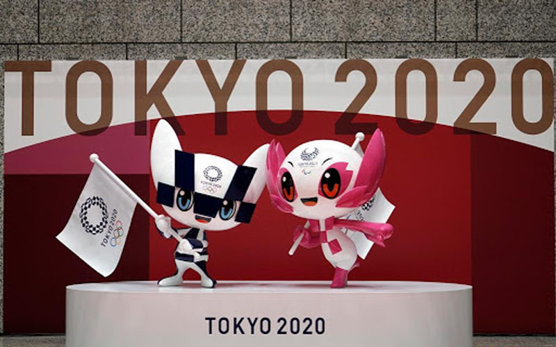 Patung dua maskot Olimpiade dan Paralimpik Tokyo 2020 Miraitowa (kiri) dan Someity (kanan) terpajang di Gedung Pemerintah Metropolitan Tokyo di Jepang./Antara - Reuters