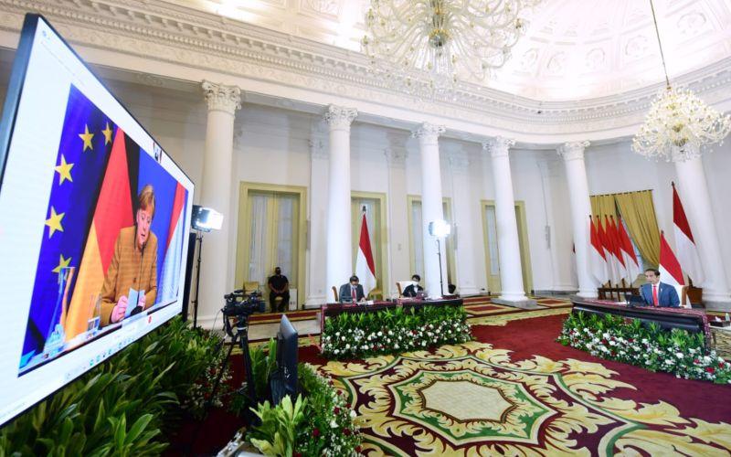 Presiden Jokowi didampingi Menlu dan Seskab melakukan pertemuan bilateral dengan Kanselir Jerman Angela Merkel, secara virtual, dari Istana Bogor, Selasa (13/04/2021) sore / BPMI Setpres - Muchlis Jr