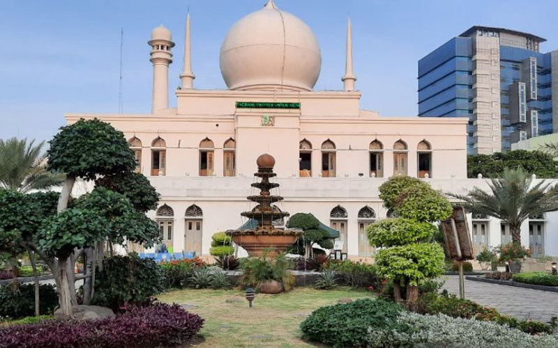 Masjid Agung Al Azhar di Kebayoran Baru Jakarta Selatan, Kamis 30 Juli 2020, bersiap menggelar Shalat Idul Adha 1441 Hijriah/ 2020 dengan menerapkan protokol kesehatan yang ketat. - Antara/Laily Rahmawaty
