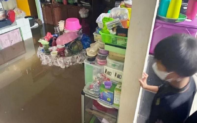 Seorang anak menatap rumah neneknya di Perumahan Arjuno 4 Kecamatan Baamang yang terendam banjir saat Lebaran Idulfitri, Kamis (13/5/2021) pagi. - Antara
