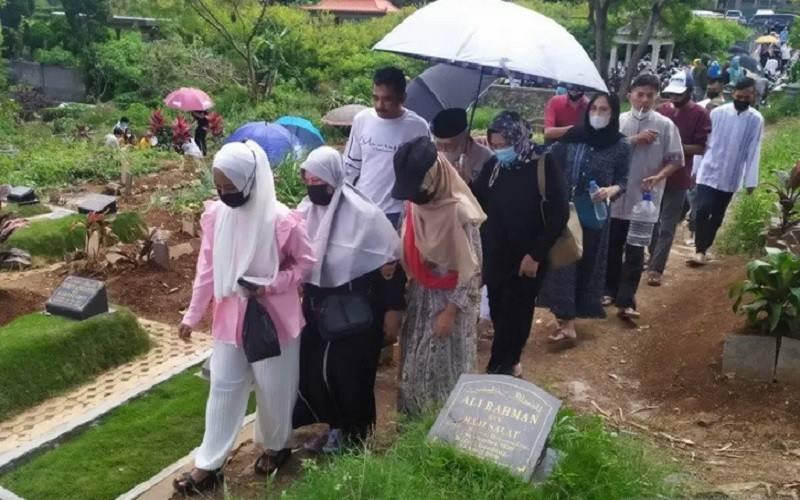 Sejumlah peziarah mendatangi pemakaman khusus Covid-19 di TPU Cikadut, Kota Bandung, Jawa Barat, Kamis (13/5/2021). - Antara