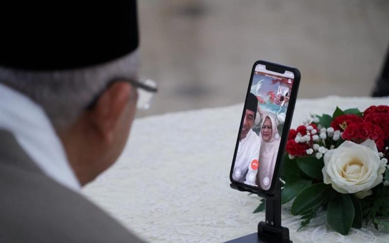 Wakil Presiden Ma'ruf Amin melakukan video call dengan Presiden Joko Widodo yang ditemani isteri, Kamis (13/5/2021) - Twittter/@jokowi