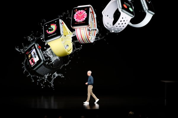 CEO Apple Tim Cook memperkenalkan jam tangan pintar terbaru Apple yang diluncurkan di Steve Jobs Theater, Cupertino, California, AS, Rabu (12/9). - Reuters/Stephen Lam