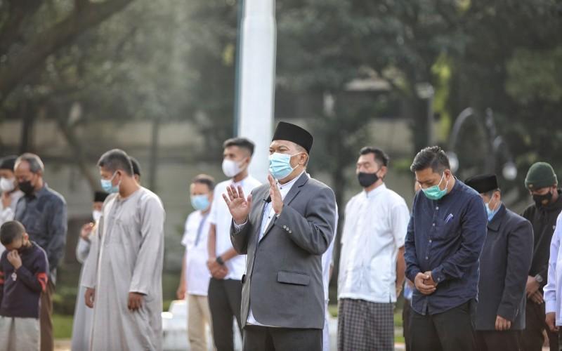 Wali Kota Bandung Oded M Danial beserta keluarga melaksanakan salat Idulfitri 1442 H di Halaman Pendopo Kota Bandung