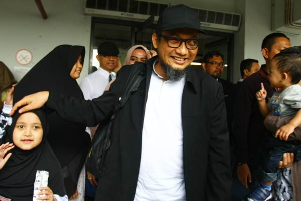 Penyidik KPK Novel Baswedan disambut anak dan istrinya setibanya dari Singapura di Terminal 3 Bandara Soekarno Hatta, Tangerang, Banten, Kamis (22/2/2018). - ANTARA/Muhammad Iqbal