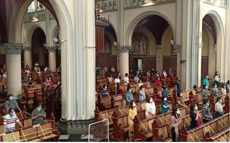 Suasana perayaan Kenaikan Isa Al Masih di Gereja Katedral, Jakarta, Kamis (13/5/2021). - Antara