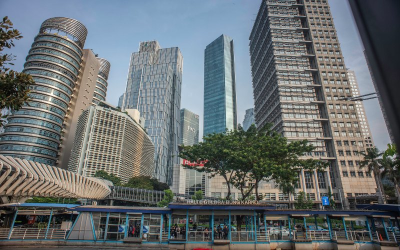 Sejumlah warga menunggu kedatangan Bus Transjakarta di Halte Gelora Bung Karno, Jakarta, Rabu (14/10/2020). International Monetary Fund (IMF) memangkas proyeksi pertumbuhan ekonomi Indonesia 2020 menjadi minus 1,5 persen pada Oktober, lebih rendah dari proyeksi sebelumnya pada Juni sebesar minus 0,3 persen. - ANTARA FOTO/Aprillio Akbar