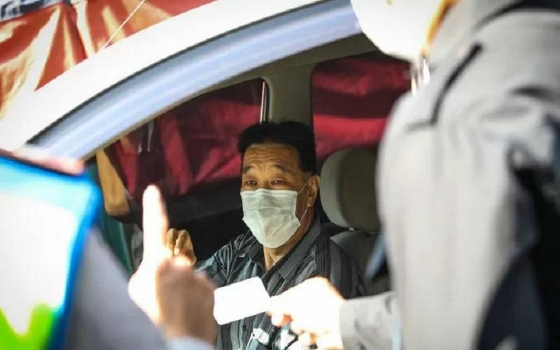 Petugas memeriksa kendaraan yang melintas di titik pemeriksaan larangan mudik Kota Bandung, Jawa Barat. - Antara\r\n\r\n