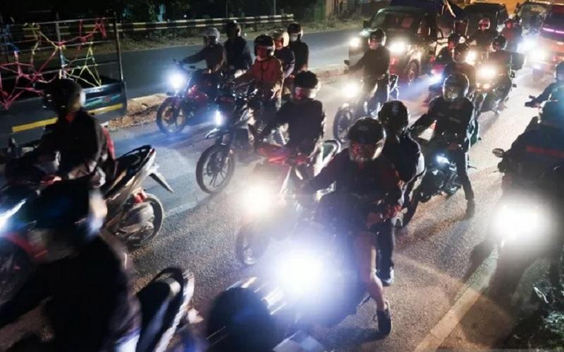 Pemudik sepeda motor mulai memadati jalur arteri Pantai Utara Jawa di Karawang, Jawa Barat, Selasa (4/5/2021). Mereka pulang kampung sebelum pemerintah memberlakukan pelarangan mudik untuk menghindari penyekatan, lalu kembali ke perantauan setelah kebijakan pelarangan resmi dicabut. - Antara