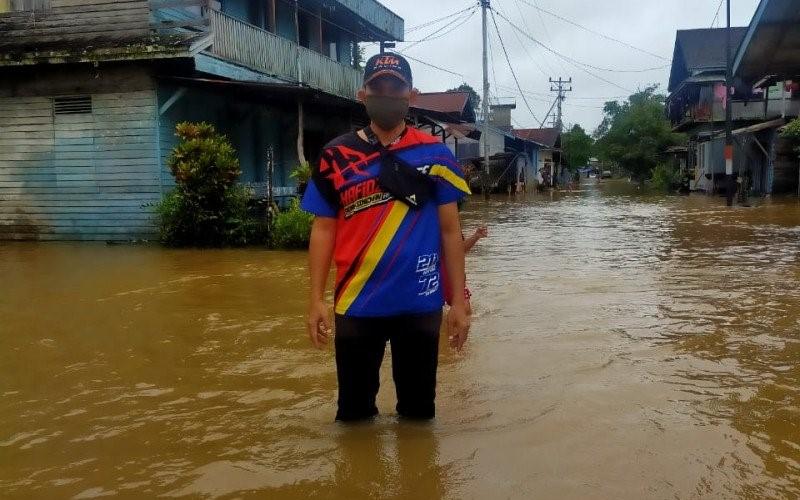 Pelaksana Tugas Camat Badau, Edi Suharta saat meninjau lokasi banjir yang terjadi di beberapa desa Kecamatan Badau perbatasan Indonesia-Malaysia wilayah Kapuas Hulu, Kalimantan Barat. - Antara