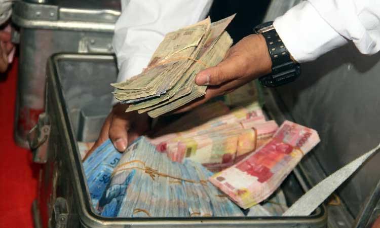 Petugas menunjukkan uang palsu yang akan dimunaskan di Jakarta, Rabu (26/2/2020). Bisnis - Triawanda Tirta Aditya