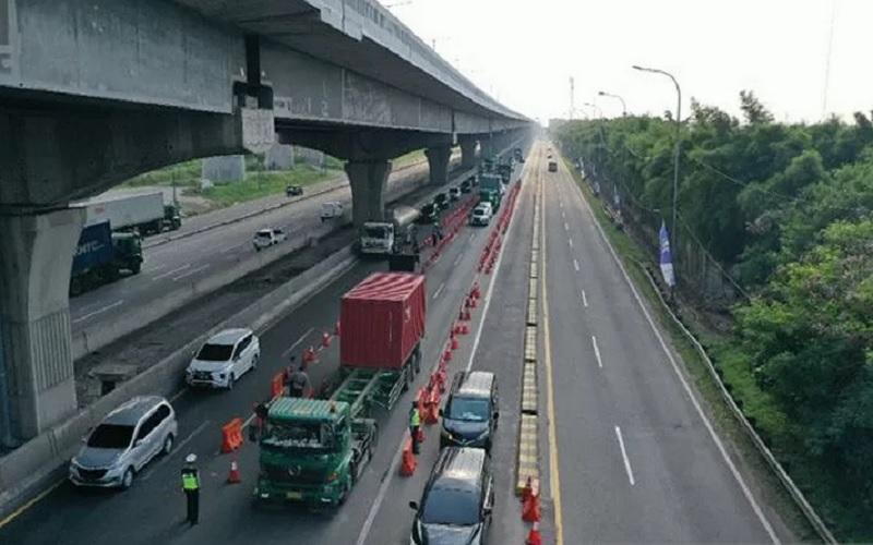 Suasana lalu lintas di jalan tol Jakarta-Cikampek selama kebijakan peniadaan mudik Lebaran di Cikarang Barat, Kamis (13/5/2021). - Antara\r\n