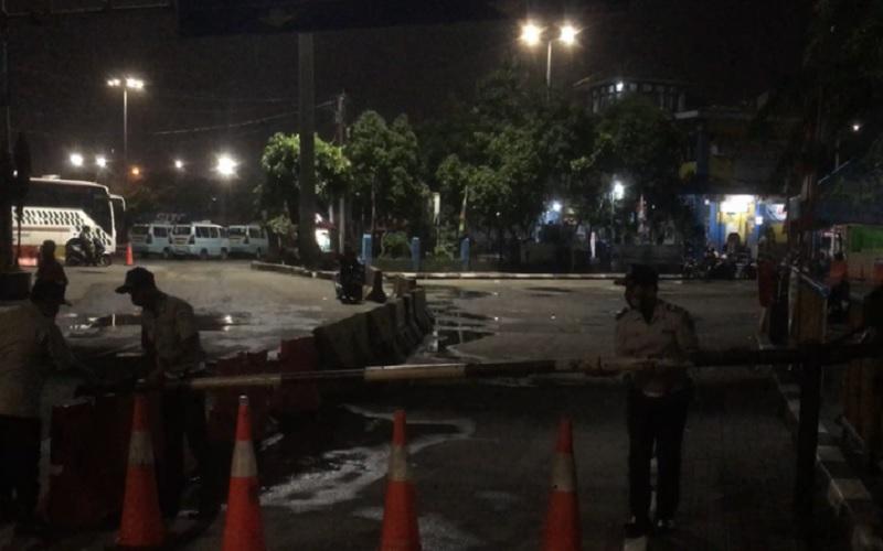 Pengelola Terminal Tanjung Priok menutup akses masuk bus antarkota antarprovinsi (AKAP) dengan portal sejak Kamis (6/5/2021) hingga Senin (17/5/2021) karena adanya pelarangan mudik oleh pemerintah di Jakarta Utara, Rabu (5/5/2021) tengah malam. - Antara