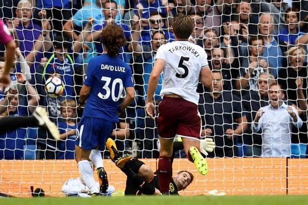 David Luiz mencetak gol saat Chelsea kalah 2-3 dari Burnley di Liga Inggris, Sabtu (12/8/2017) di Stamford Bridge, London - Reuters