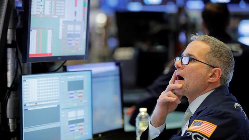 Seorang trader bekerja di lantai New York Stock Exchange tak lama setelah bel pembukaan di New York, AS, 24 Januari 2020. -  REUTERS / Lucas Jackson