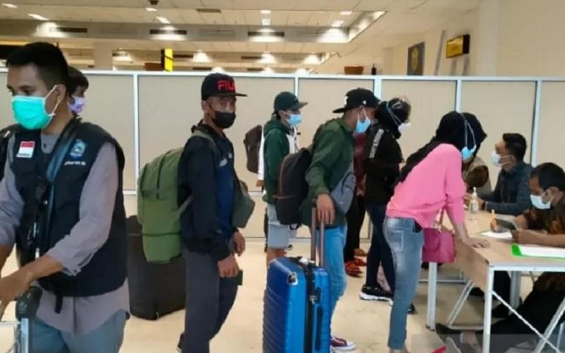 Sejumlah pekerja migran Indonesia asal Nusa Tenggara Barat (NTB) tiba di Bandara Internasional Zainuddin Abdul Madjid (BIZAM) Lombok, NTB, dan langsung menjalani pemeriksaan kesehatan petugas di bandara. - Antara\r\n