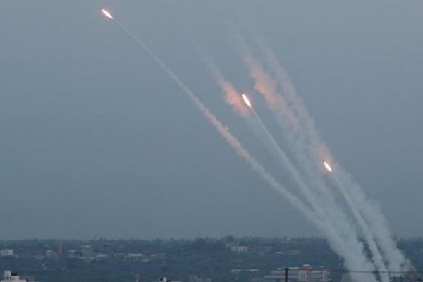 Roket ditembakkan dari Gaza ke wilayah Israel./Reuters - Mohammed Salem