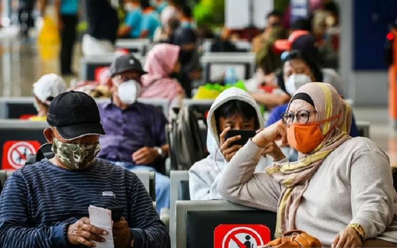 Penumpang menunggu kereta api di Stasiun Pasar Senen, Jakarta, Minggu (18/4/2021). Adanya larangan pemerintah untuk mudik pada tanggal 6 hingga 17 Mei mendatang, membuat sebagian warga memilih mudik lebih awal dan dalam satu pekan terakhir jumlah penumpang di stasiun tersebut berkisar antara 1.000-2.500 penumpang per hari. - Antara