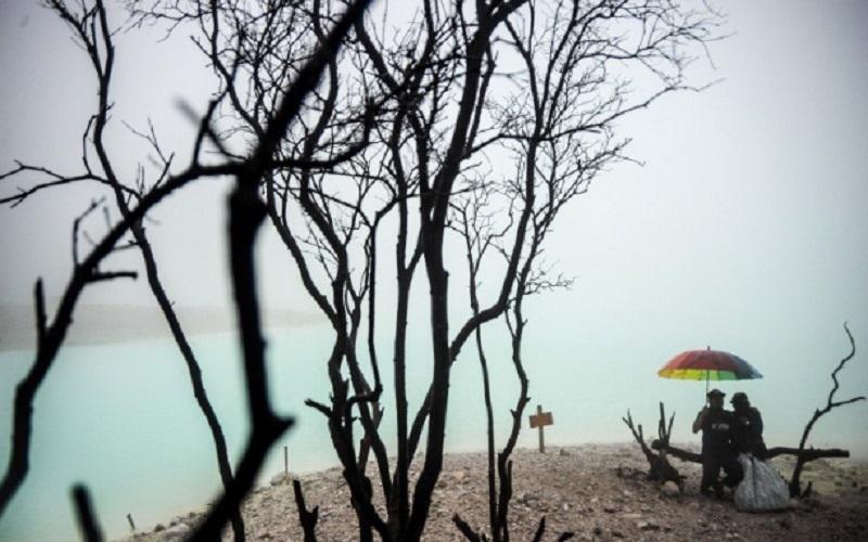 Wisatawan menikmati suasana wisata alam Kawah Putih di Ciwidey, Kabupaten Bandung - Antara