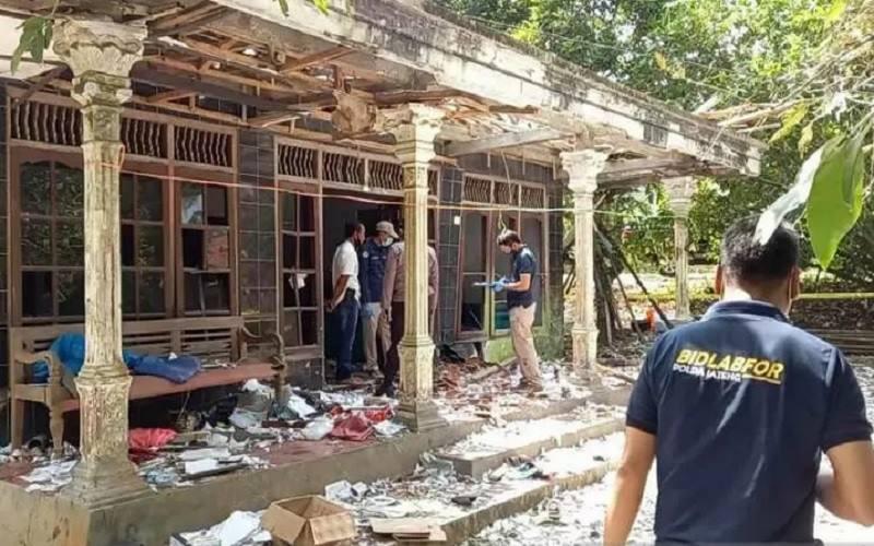 Tim Labfor Polda Jawa Tengah melakukan penyelidikan di lokasi ledakan petasan di Desa Ngabean, Kecamatan Mirit, Kabupaten Kebumen, Jawa Tengah, Kamis (13/5/2021).  - Antara