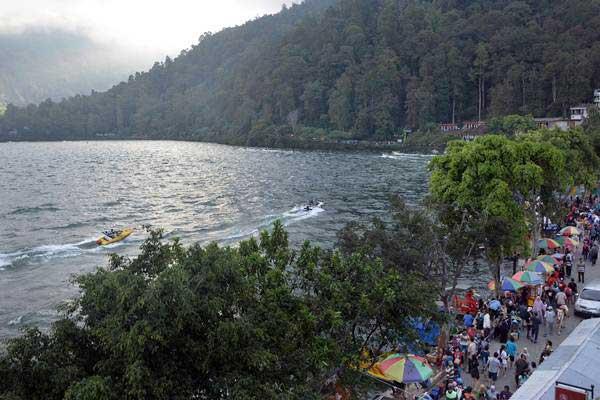 Pengunjung memadati kawasan wisata Telaga Sarangan, Magetan, Jawa Timur. Foto dokumen. - Antara/Fikri Yusuf