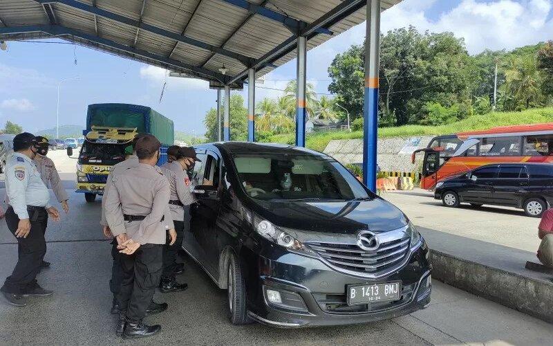Pemeriksaan dokumen kepada pelaku perjalanan yang ingin menuju Pulau Jawa di Posko Chek Poin Pelabuhan Bakauheni. Jumat, (14/5/2021). - Antara/Dian Hadiyatna.