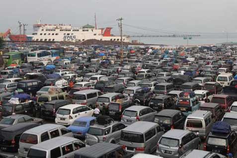 Tumpukan kendaraan di Pelabuhan Bakaheuni