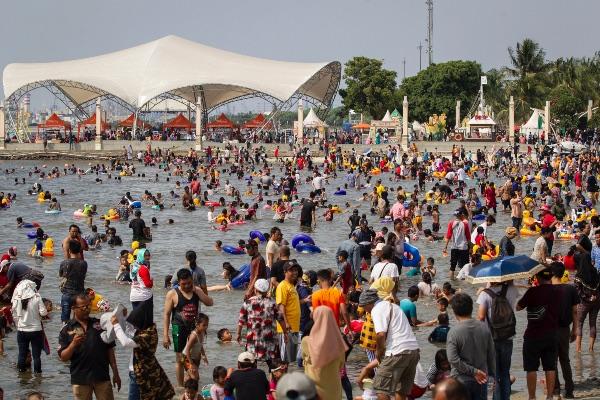 Pengunjung memadati Pantai Karnaval Ancol, Jakarta, Kamis (6/6/2019). - ANTARA FOTO/Dhemas Reviyanto