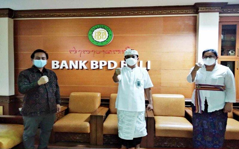 Direktur Utama (Dirut) Bank BPD Bali, I Nyoman Sudharma (tengah) bersama Kepala Pusat Inovasi Primakara I Gede Juliana Eka Putra (kiri) dan Kepala Divisi Kredit Bank BPD Bali I Gusti Ayu Citrawati (kanan). - Ist