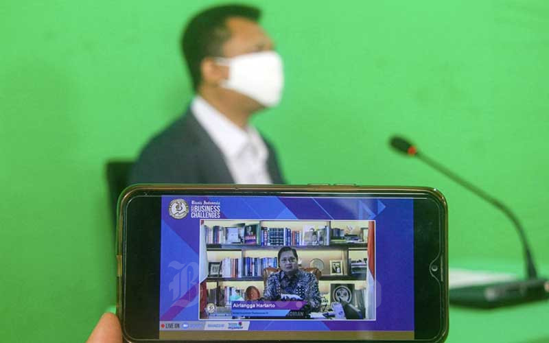 Layar menampilkan Menteri Koordinator Bidang Perekonomian Airlangga Hartarto memberikan pemaparan dalam acara Bisnis Indonesia Business Challenges 2021 di Jakarta, Selasa (26/1/2021). Bisnis - Arief Hermawan P