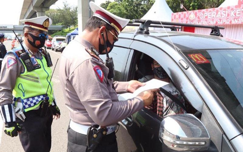 Proses Pemeriksaan dokumen perjalanan di ruas jalan tol yang dikelola jasa Marga menuju arah Jakarta dengan dimulainya arus balik pada Sabtu (15/5/2021). - Istimewa