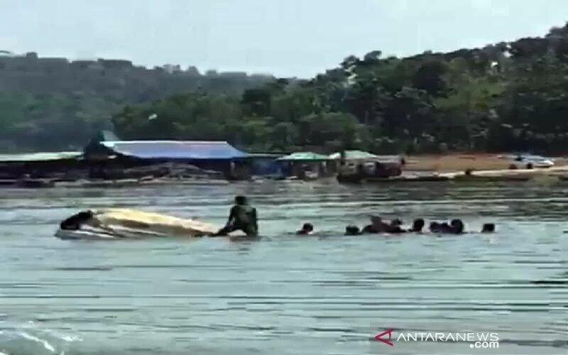 Para penumpang menyelamatkan diri saat perahu yang ditumpangi tenggelam di Waduk Kedung Ombo, Dukuh Bulu, Desa Wonoharjo, Kecamatan Kemusu Kabupaten Boyolali, Jawa Tengah, Sabtu (15/5/2021). - Antara/Ist