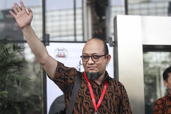 Penyidik senior Komisi Pemberantasan Korupsi (KPK) Novel Baswedan melambaikan tangan saat menghadiri acara penyambutan dirinya kembali aktif bekerja di pelataran gedung KPK, Jakarta, Jumat (27 - 7).