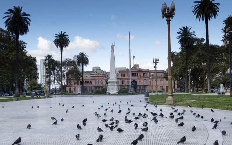 Kawasan Plaza de Mayo, pusat kota Buenos Aires, Argentina. Di Argentina, tercatat kasus sebanyak lima WNI positif Covid-19, dengan perincian 3 stabil, dan 2 sembuh.  - Bloomberg
