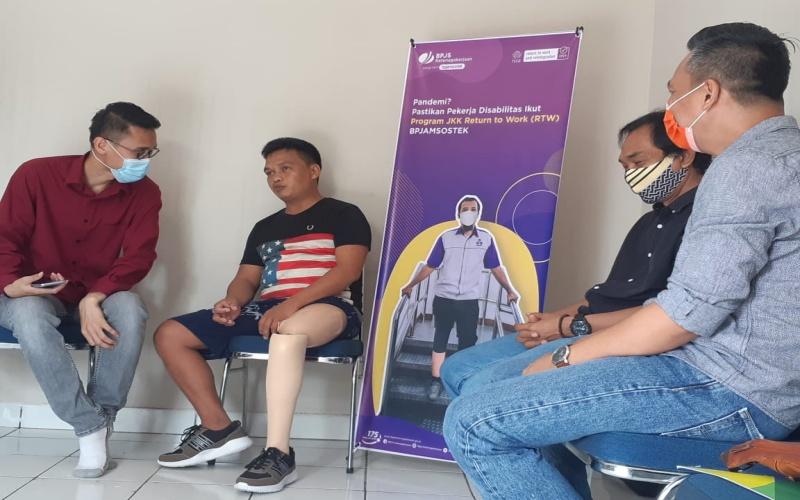 Dedi (kedua dari kiri) peserta BP Jamsostek Cabang Lubuk Linggau memaparkan peristiwa kecelakaan kerja yang dialaminya hingga membuatnya kehilangan kaki kiri. Bisnis/Dinda Wulandari