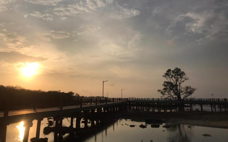 Sunset di jembatan Pengantin Pulau Untung Jawa.  - Parekraf Kepulauan Seribu