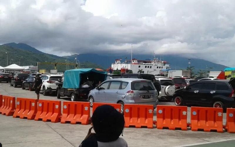 Aktivitas pelayaran kapal fery antarpulau ruteTernate-Tidore PP membludak, menyusul meningkatnya penumpang menggunakan jasa pelayaran itu untuk bersilaturahmi ke keluarganya. - Antara/Abdul Fatah