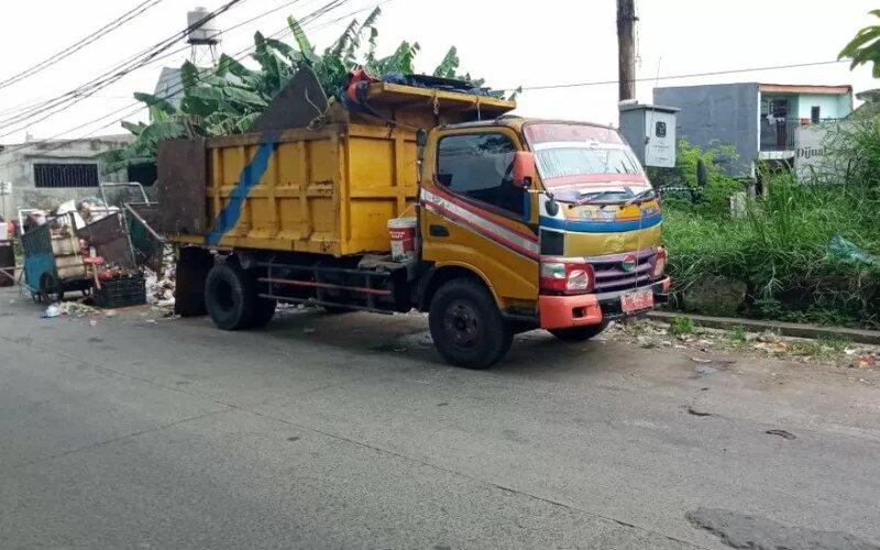 Dinas Lingkungan Hidup Kota Tangerang mengerahkan armadanya untuk mengangkut sampah yang mengalami kenaikan sebesar empat persen selama libur lebaran 1442 Hijriah.  - Ist