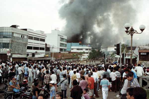 Kerusuhan saat krisis moneter di Jakarta, Mei 1998. Bisnis