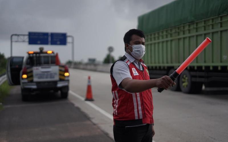 Petugas jalan tol sedang mengatur lalu lintas di salah satu ruas tol Trans-Sumatra. - Istimewa