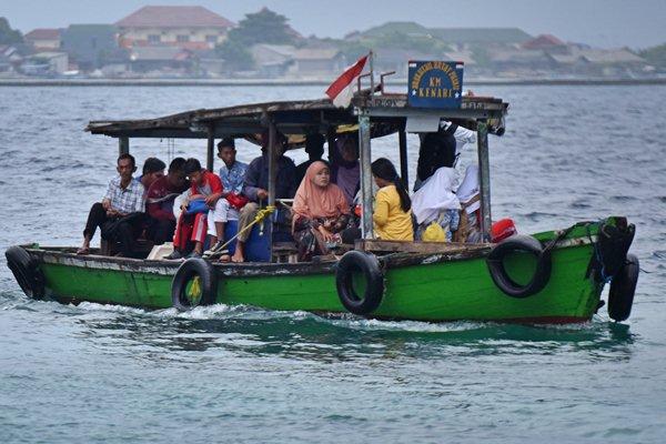 Penumpang naik kapal menuju Dermaga Pulau Pramuka, Kepulauan Seribu, Kamis (23/3). - Antara/Wahyu Putro A